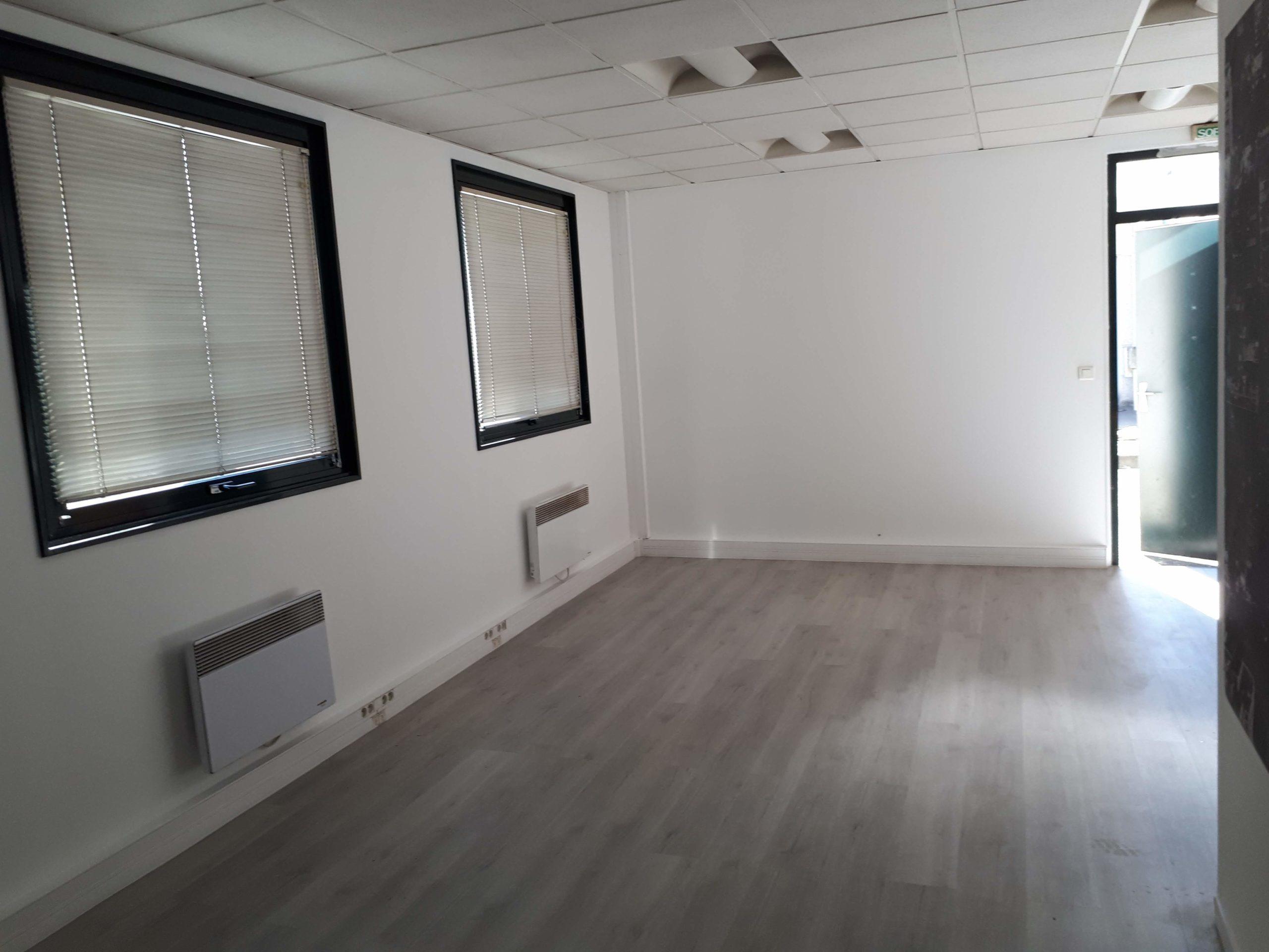 Rafraichissement de bureaux Créteil, sols pvc, peinture blanche sur les murs