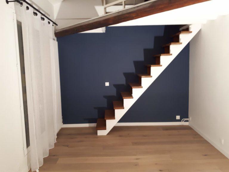 Appartement avec mezzanine Paris 14. Escalier chêne, mur bleu, parquet huilé chêne blanchi