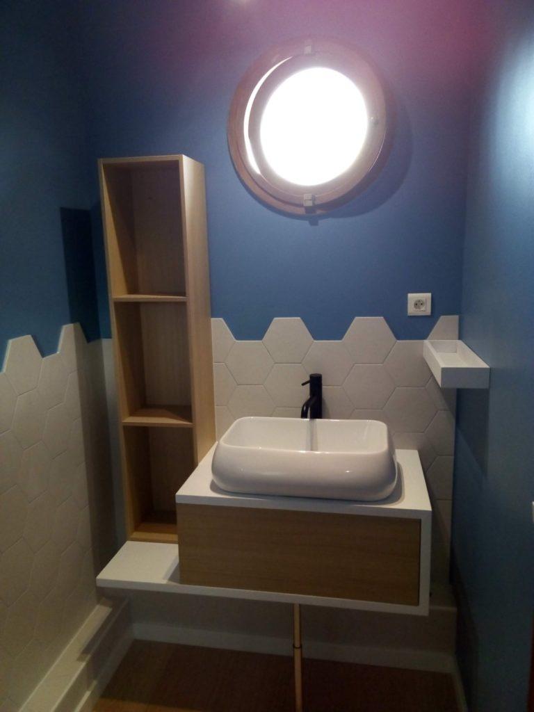 Salle de douche peinture bleue carrelage mosaîque meuble chêne blanc Maisons Alfort