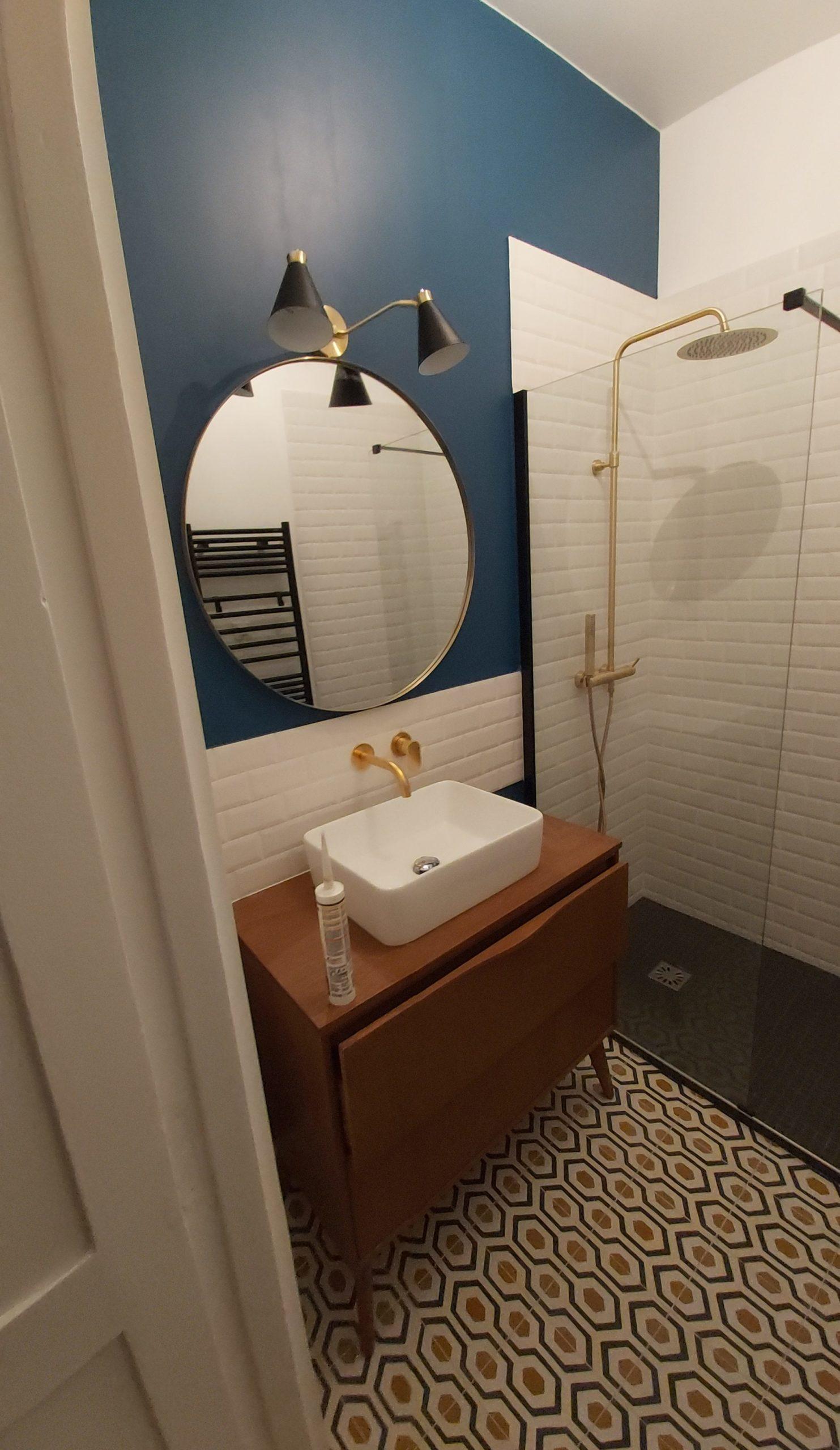 Magnifique salle de bains : carreaux de ciment au sol, faïence métro sur les murs, mobilier style Versailles, appartement quartier République Paris